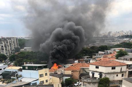 Queda do avião atingiu duas casas e quatro veículos