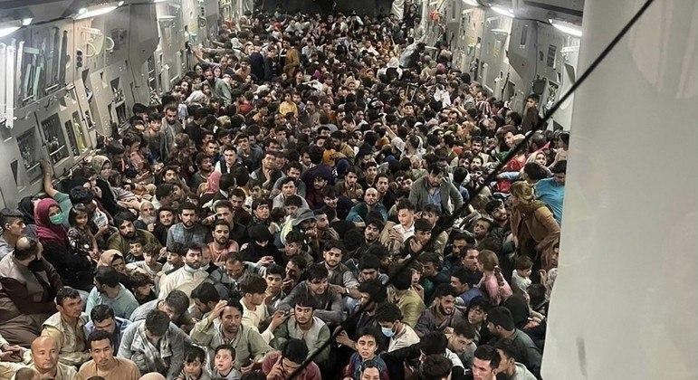 Avião dos EUA que viralizou em foto transportou 823 passageiros afegãos