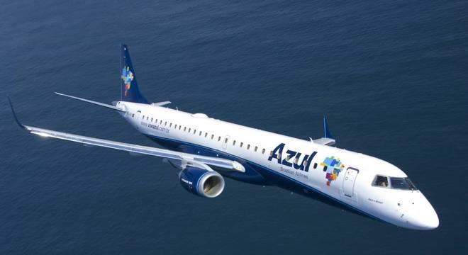 Azul diz que passageiros receberão luvas, álcool em gel e lenço umedecido