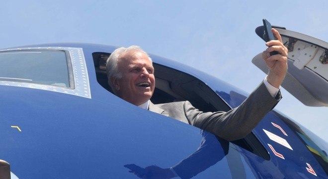 David Neeleman, fundador da Azul, faz selfie em nova aeronave entregue pela Embraer