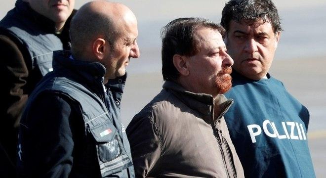 Italiano chegou a Roma nesta segunda (14) para cumprir prisão perpétua