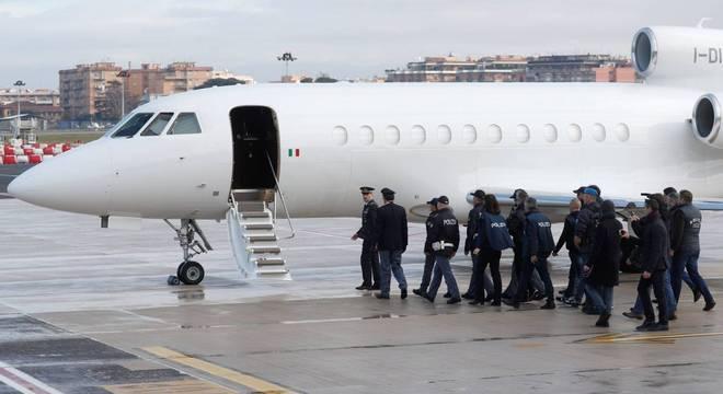 Battisti desembarcou no aeroporto Ciampino por volta das 11h30 no horário local