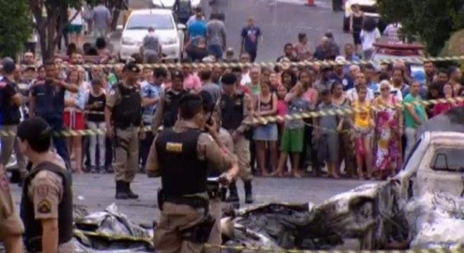 Moradores observam fuselagem do avião que caiu em rua no bairro Caiçara