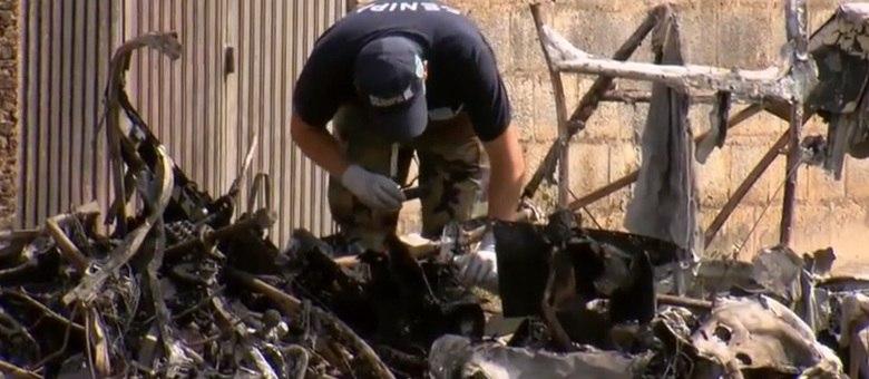 Técnicos tiraram fotos dos destroços e coletaram material para análise
