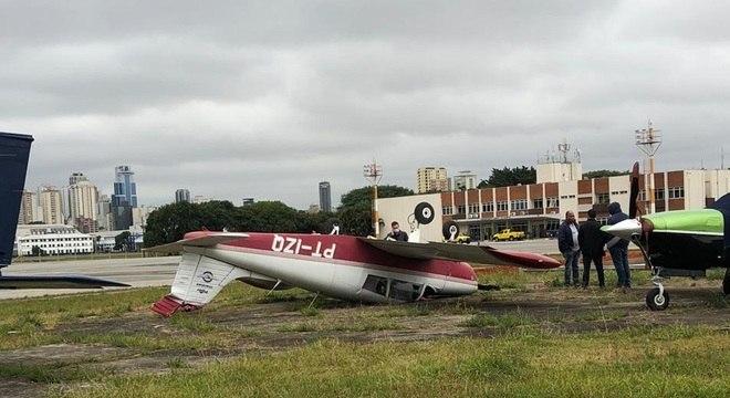 Aeronave logo após capotar em uma área de taxiamento do aeródromo