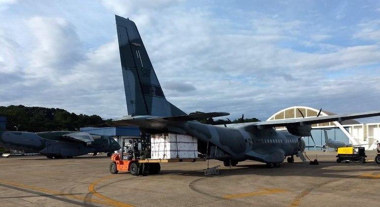 Avião da FAB carregado com doses da vacina contra covid-19