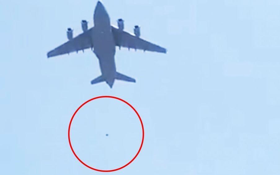 Vídeo que circula na internet mostra duas pessoas caindo deste mesmo avião