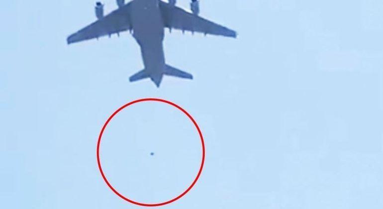 Vídeo mostra pessoa caindo de avião norte-americano que deixava Cabul
