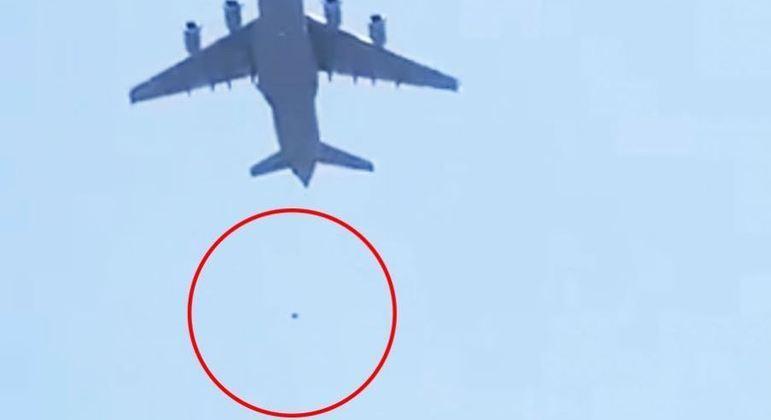 Pelo menos duas pessoas caíram de um avião norte-americano que decolava de Cabul