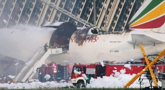 Bombeiros trabalham para apagar fogo em avião de carga da Ethiopian Airlines