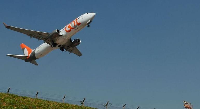 Avião da Gol tem falha no motor, e decolagem é interrompida
