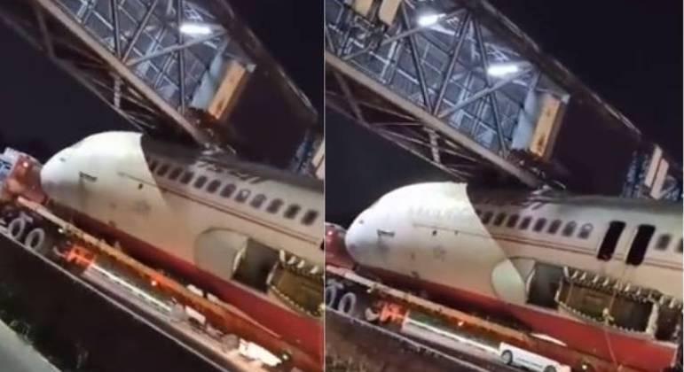 Aeronave  ficou presa sob uma passarela enquanto era transportada por um caminhão, em Nova Délhi
