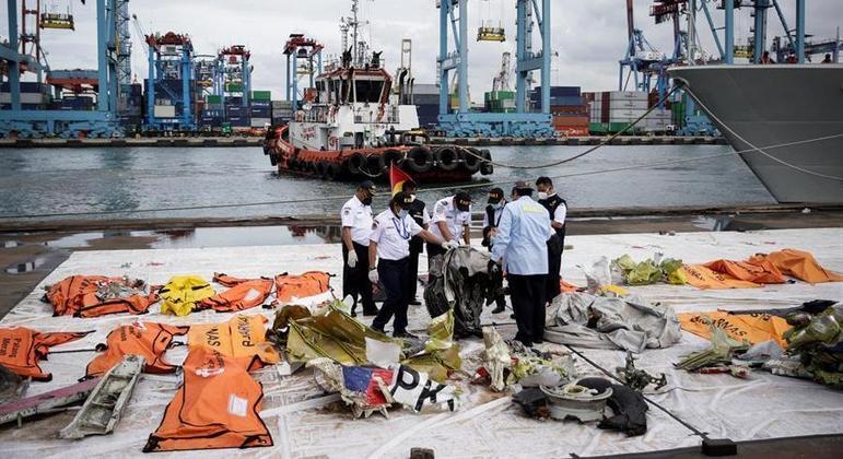 Equipes de mergulhadores trabalham na busca pelas vítimas do acidente aéreo