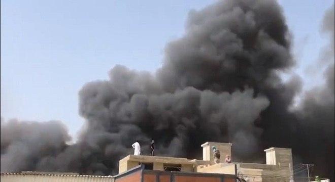 Fumaça intensa no local onde avião com 107 a bordo caiu em Karachi
