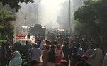 Ambulâncias chegam ao local da queda de avião da PIA Airlines em Karachi