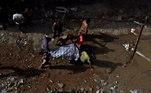 Equipes carregam o corpo de uma vítima da queda de avião da PIA Airlines em Karachi