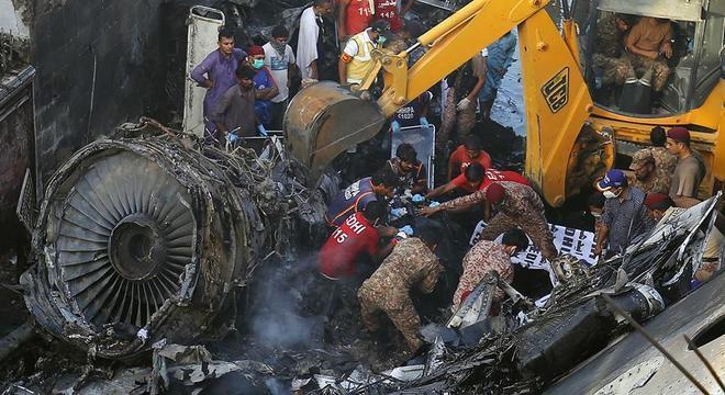 Licenças na mira: Acidente de avião em maio em Karachi foi provocado por erro humano