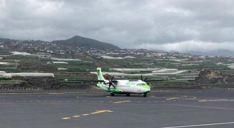 Primeiro voo após erupção do vulcão  Cumbre Vieja aterrissa em segurança no aeroporto de La Palma