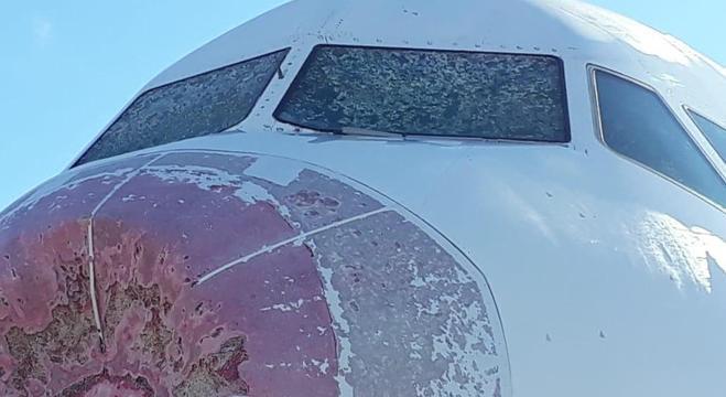Avião da Latam, modelo Airbus A320, teve avarias no bico e no para-brisas
