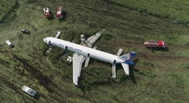 Avião da Ural Airlines bateu em gaivotas e fez pouso forçado em Moscou