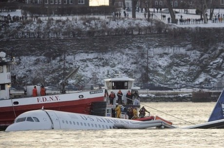 Em 2009, pouso no Rio Hudson foi resultado de choque com aves