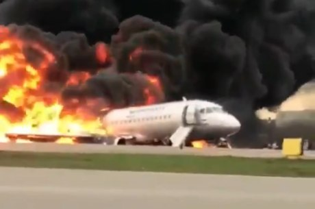 Avião pega fogo durante aterrissagem na Rússia