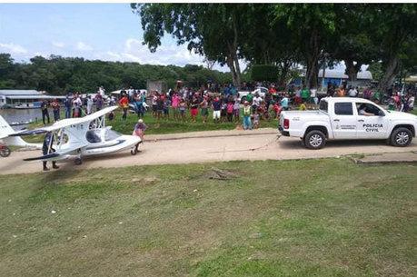 Polícia e moradores retiraram-no da água
