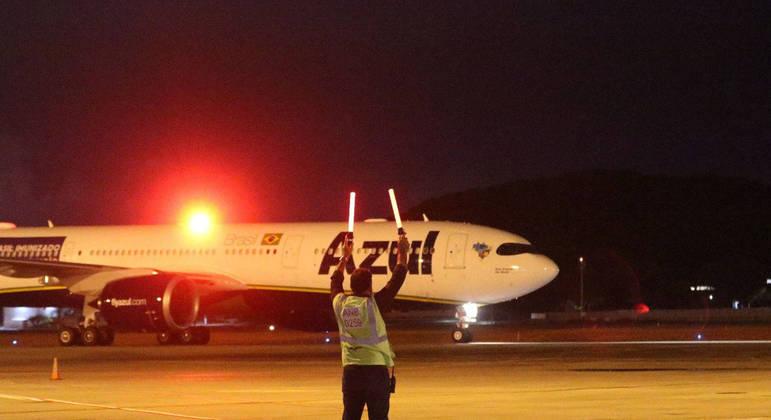 O avião da Azul Linhas Aéreas que irá buscar oxigênio e levar para Manaus
