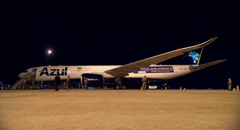 Avião desembarca na tarde desta segunda-feira (25) em Minas Gerais