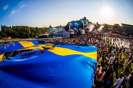 Bandeira gigante com o rosto de Avicci no Tomorrowland