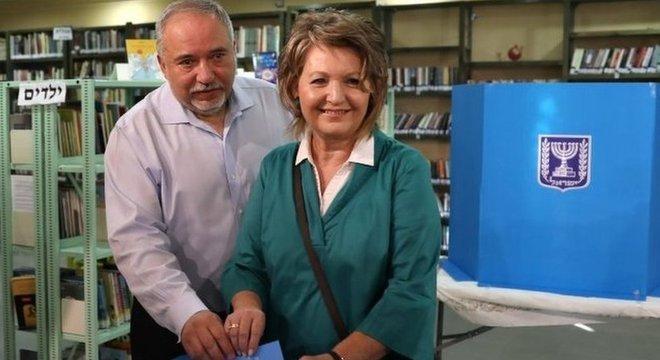 Apoio de Avigdor Lieberman (acima com a mulher, Ella) pode ser crucial para a formação de uma coalizão