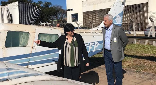 Ministra Damares e o presidente da Funai, Fernando Melo em vistoria nos aviões