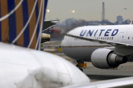 United Airlines anuncia cortes por conta da crise da covid-19