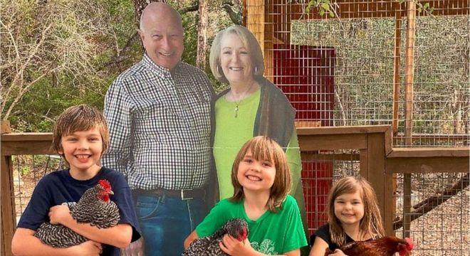Avós tiveram ideia criativa para passar feriado com seus netos