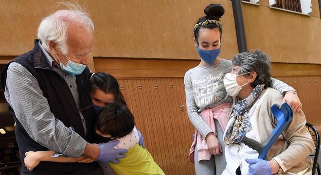 De máscaras, avós e netos se reencontram após dois meses de quarentena