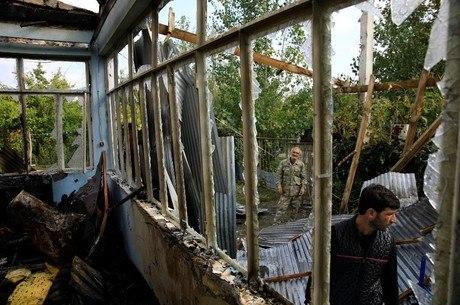 Na imagem, casa atingida por foguete  vila de Baharli