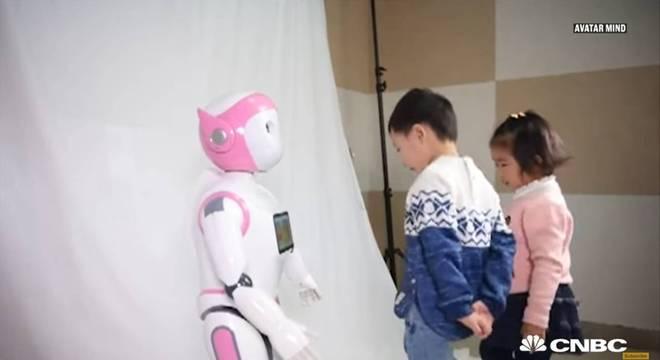 80% dos chineses deixariam seus filhos sozinhos aos cuidados de uma babá robô
