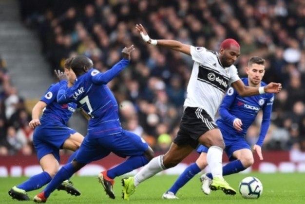 Babel cercado pela defesa do Chelsea