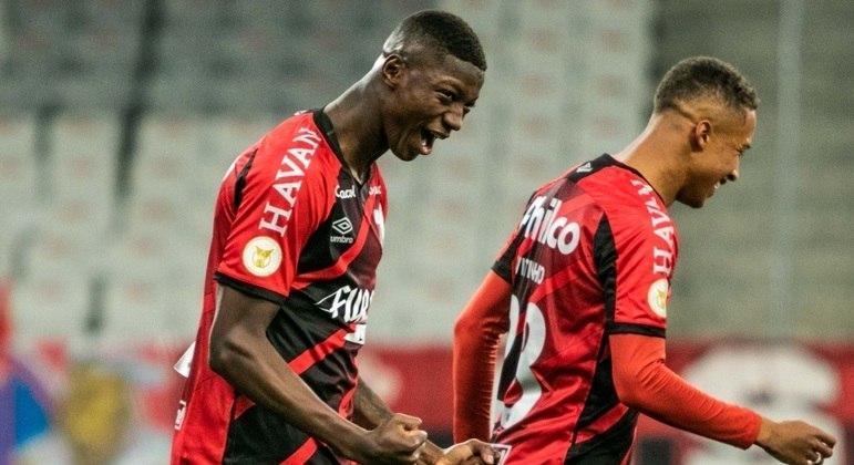 Matheus Babi fez o segundo gol do Athletico-PR sobre o Fortaleza
