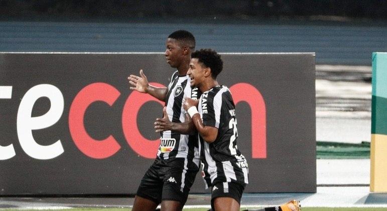 Matheus Babi fez os dois primeiros gols do Botafogo no jogo