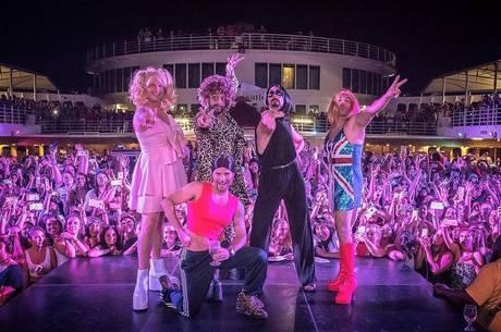 Backstreet Boys vestidos de Spice Girls em Cruzeiro