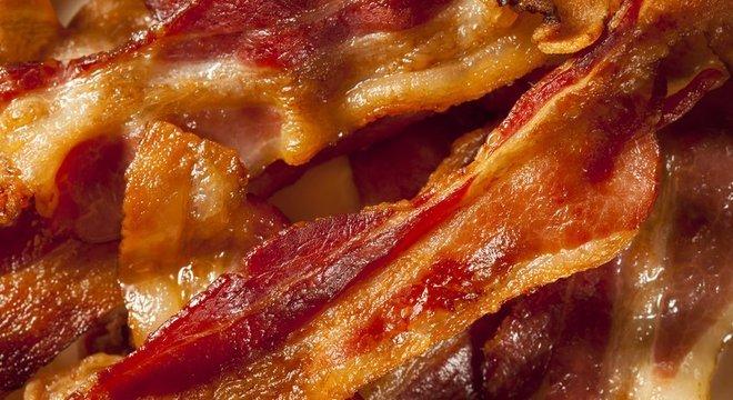 Uma fatia de presunto ou bacon tem cerca de 23 g de carne processada