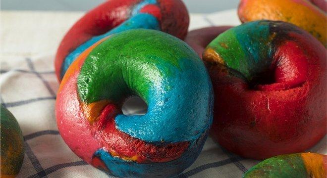 Graças aos corantes alimentares, os bagels de arco-íris estão na moda agora