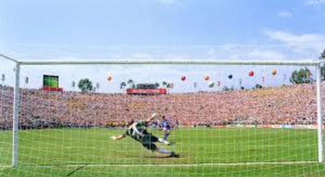 Com distensão na coxa, Baggio quis cobrar pênalti. Brasil tetra