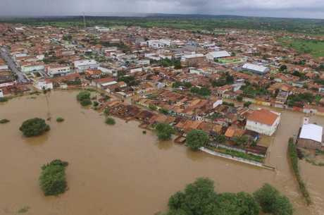 Rompimento de barragem deixou cidade alagada
