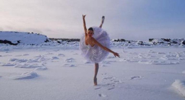 Ilmira Bagrautinova escolheu dançar sobre a neve em prol dos cisnes que vivem nessa região