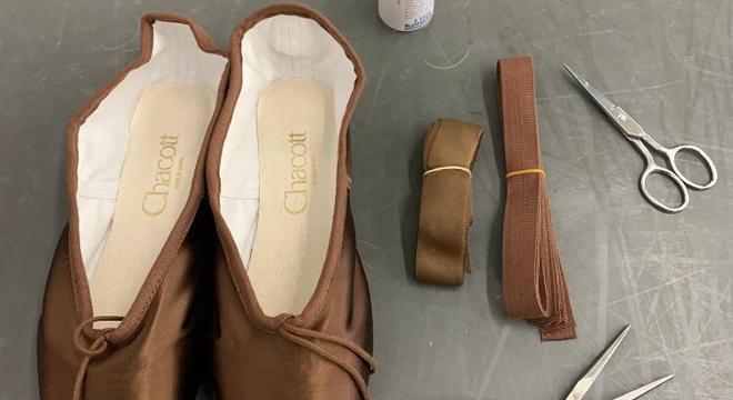 Bailarina pintava suas próprias sapatilhas até que recebeu a primeira numa tonalidade mais escura