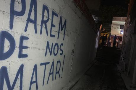 Grafite de protesto em viela que jovens morreram