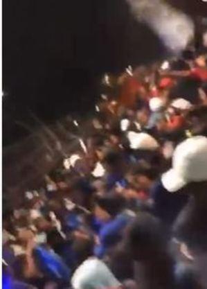 Jovens aglomerados em rua de SP