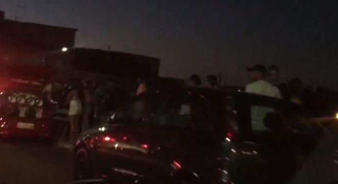 jovens se aglomeraram sem máscaras pela Rua Cachoeira Morena, em Guaianases